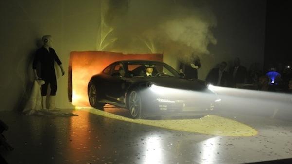 Porsche-911-Dresden-aus-der-Wand