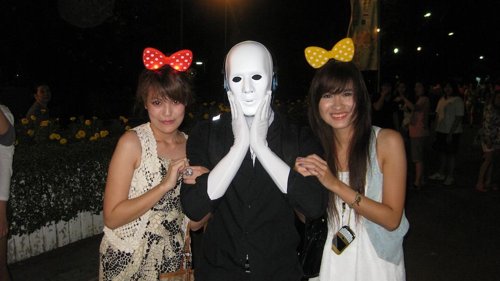 bangkok street show festival robot walk act mit 2 Mädchen