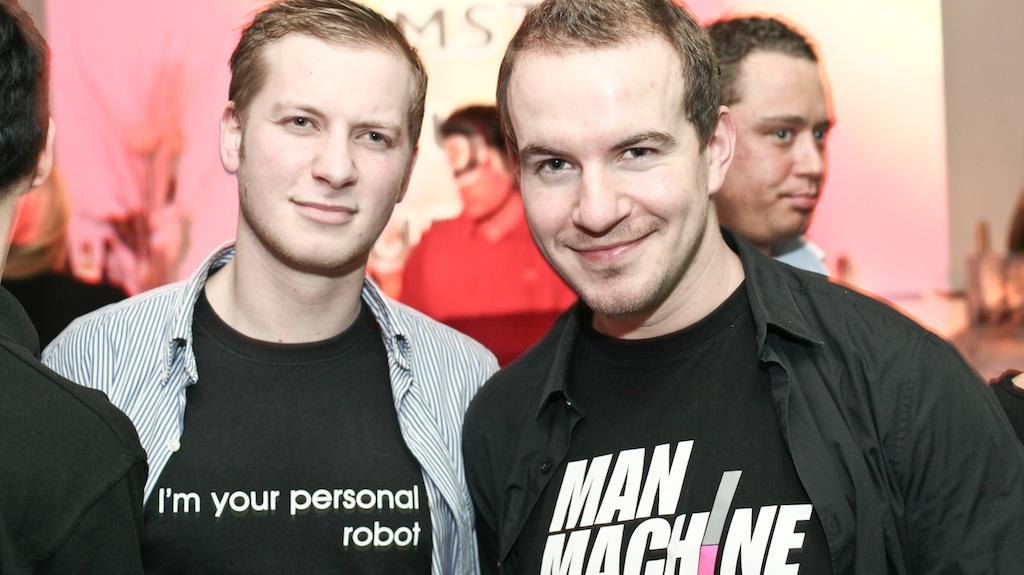 Alte Freunde mit neuen 'your personal robot' Shirts