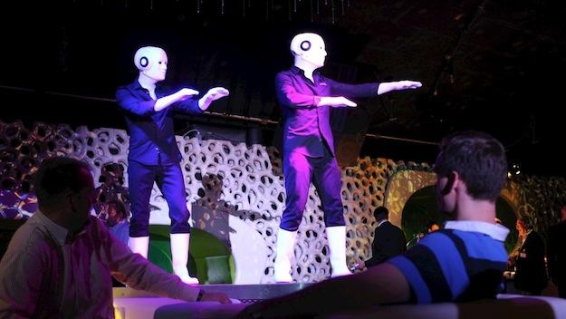 cocoon frankfurt walk act im roboterk nstler pantomime. Black Bedroom Furniture Sets. Home Design Ideas