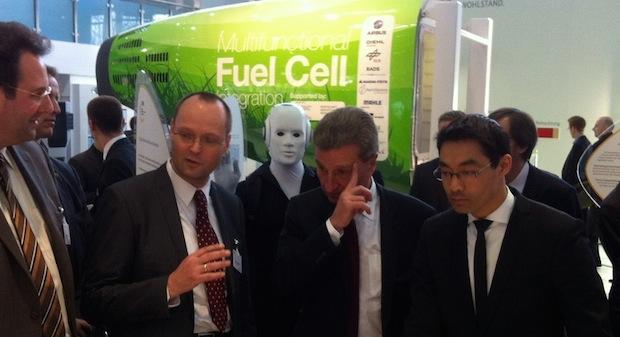 Philipp Rösler, Bundesminister für Wirtschaft und Technologie, besucht den Stand seines Ministeriums