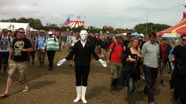 Glastonbury Festival 2013 Walking Act unter dem Tor