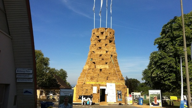 Turm aus Stroh