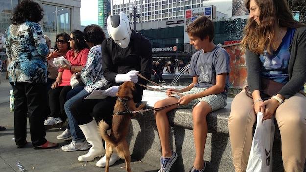 Flyer verteilen Tag der offenen Tür - Roboter mit Hund