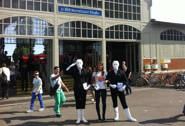Unsere Hostessen erwarten uns, hier: U-Bahnhof Warschauer Straße