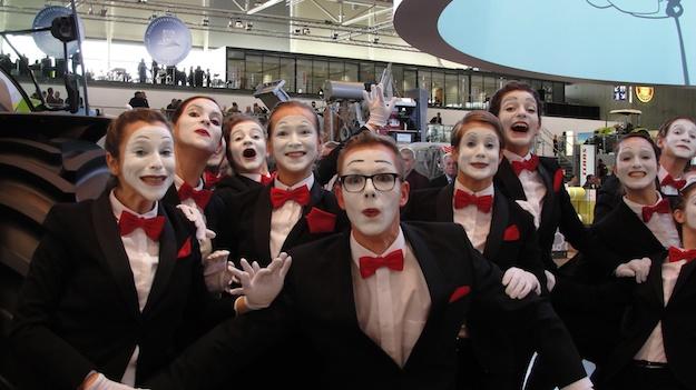 Das sieht man nicht alle Tage: 14 Pantomimen auf einmal