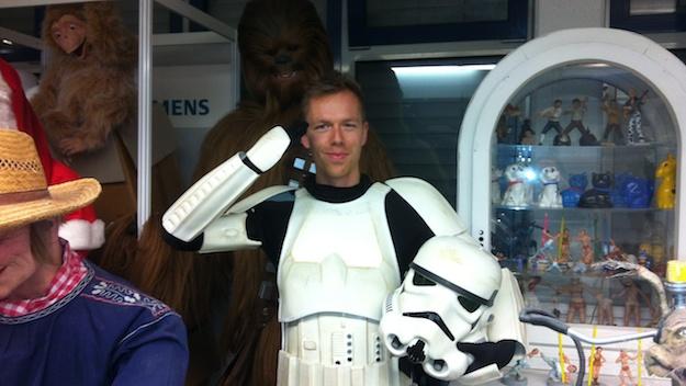Ich habe die Gunst der Stunde genutzt und bin in eins von Jörg Stegmüllers Storm Trooper Kostümen geschlüpft