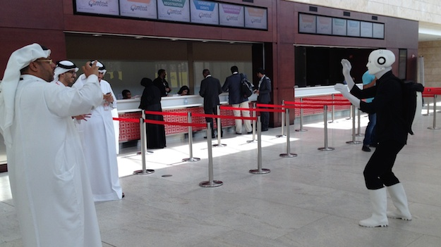 Messe Qatar Qitcom 2014 Doha Roboter Walk Act Fotosession