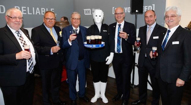 Harro Höfliger (links vom Maschinenmensch) bekommt einen Preis von verliehen