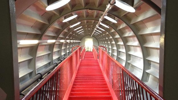 Das Atomium von innen: Gänge wie in einem futuristischem Raumschiff