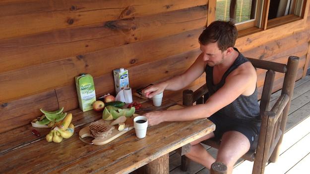 Rocco bereitet das Frühstück vor