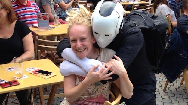 Roboter mit glücklichem Gast.