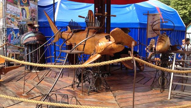 Wundschönes Karussel aus Holz. Funktioniert mit Fußbetrieb