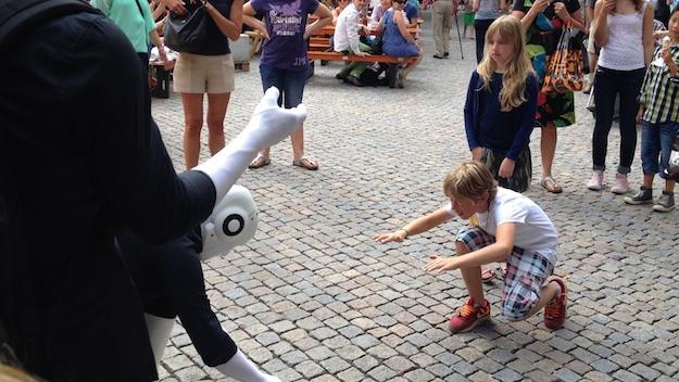 Robter und Kind verbeugen sich gleichzeitig