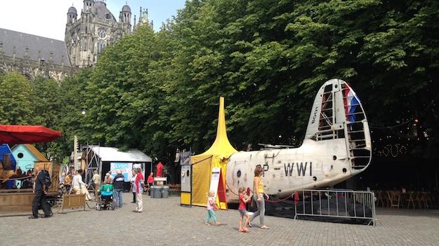 Theaterzelt in Form eines Flugzeugwrack