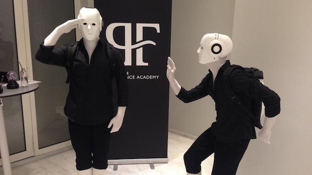Hugo Boss Future of Fragrance Academy Niederlande Prestige Training zwei Roboter