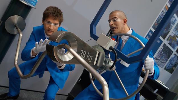 Die Mimen zeigen bei Lissmac wie leicht man 37 kg bewegen kann