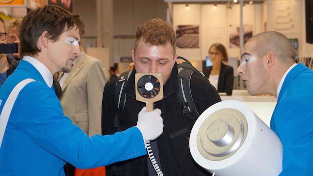 Walkact grosse Batterie VDMA auf HMI 2015 Mann pustet