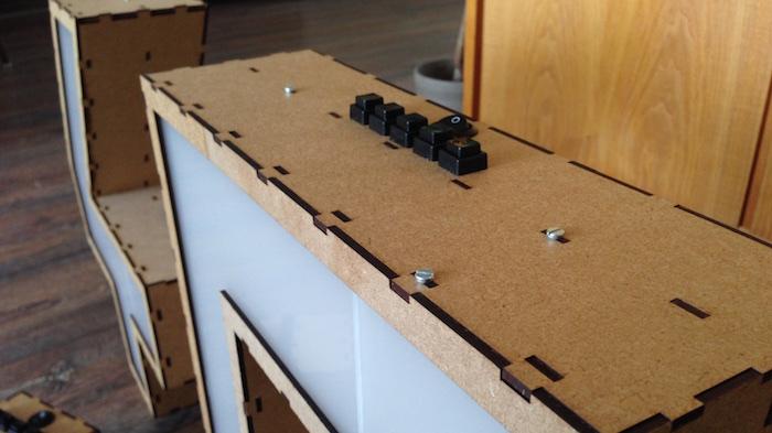 Detailaufnahme des Leuchtkasten. Material: MDF mit dem Lasercutter zugeschnitten
