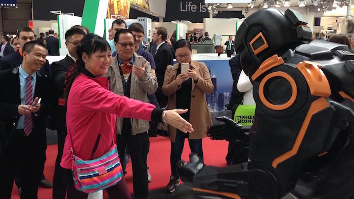HMI Weidmüller U-remote Messe Roboter Walkact Handschlag
