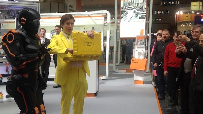 HMI Weidmüller U-remote Messe Roboter Walkact gelber Koffer auf