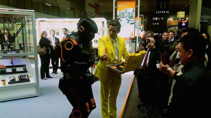 HMI Weidmüller U-remote Messe Roboter Walkact gelber Koffer