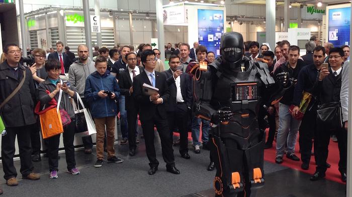HMI Weidmüller U-remote Messe Roboter Walkact mit Gästen