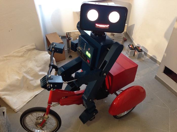 Hugo Roboter lacht 700