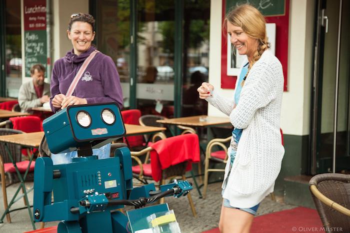 Hugo Roboter mit zwei Frauen