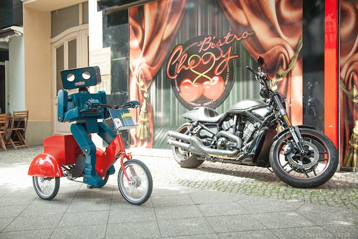 hugo-roboter neben motorrad