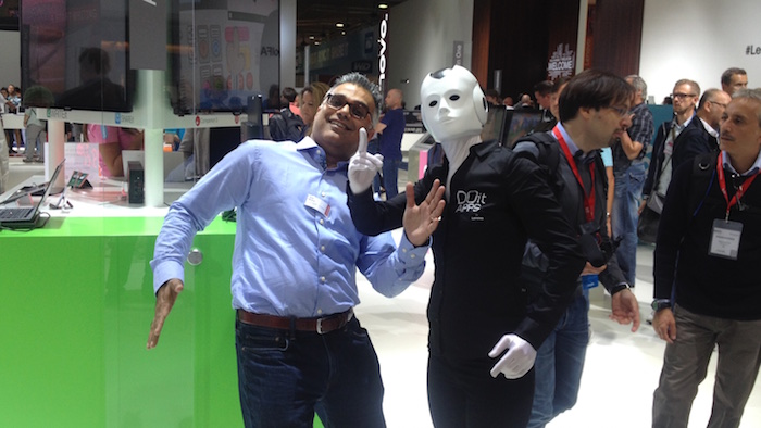 Dilip Bhatia mit Roboter performer IFA Lenovo 2015