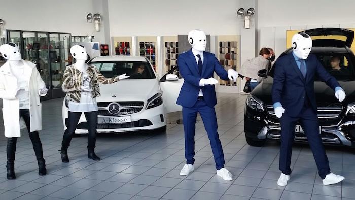 Die vier Maschinenmenschen: präsentieren Mode und die neuen Mercedes Modelle