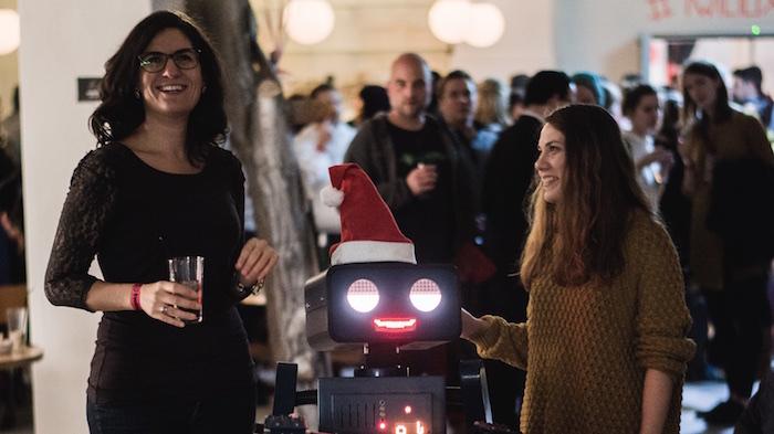 Weihnachtsfeier Party Berlin Künstler Roboter Act Twilio Berlin Hugo mit Damen