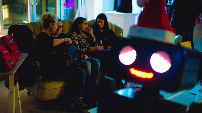 Weihnachtsfeier Party Berlin Künstler Roboter Act Twilio Berlin  hugo couch