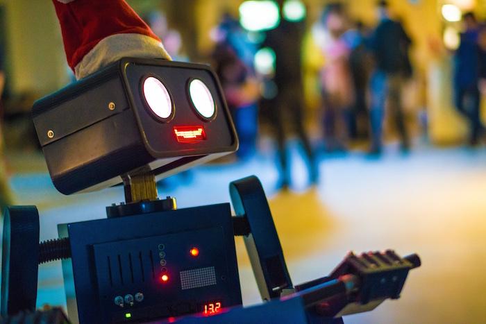 Weihnachtsfeier Party Berlin Künstler Roboter Act Twilio Berlin hugo schaut nach oben