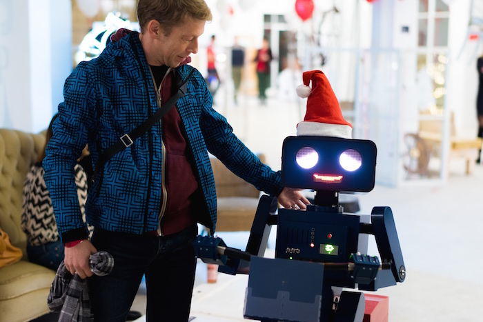 Weihnachtsfeier Party Berlin Künstler Roboter Act Twilio Berlin  umarmen
