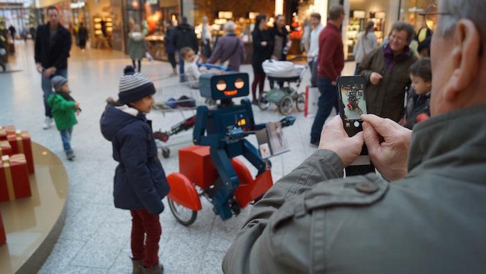 Roboter Dreirad Walkact rot Center Weserpark Bremen mobil