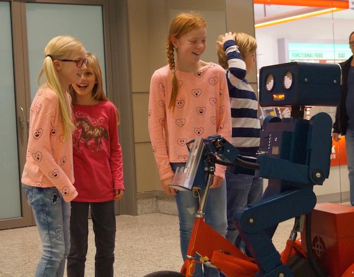 Diese drei Mädchen wollen genau wissen wo Hugo herkommt