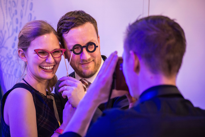 Fotobox Fotobooth mobil Pantome fotografierrt paar Brille