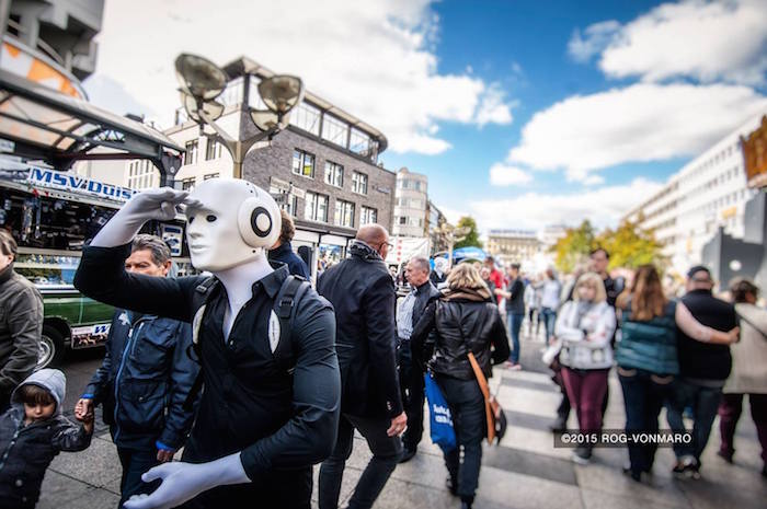 Roboter Walkact in Duisburg unterwegs
