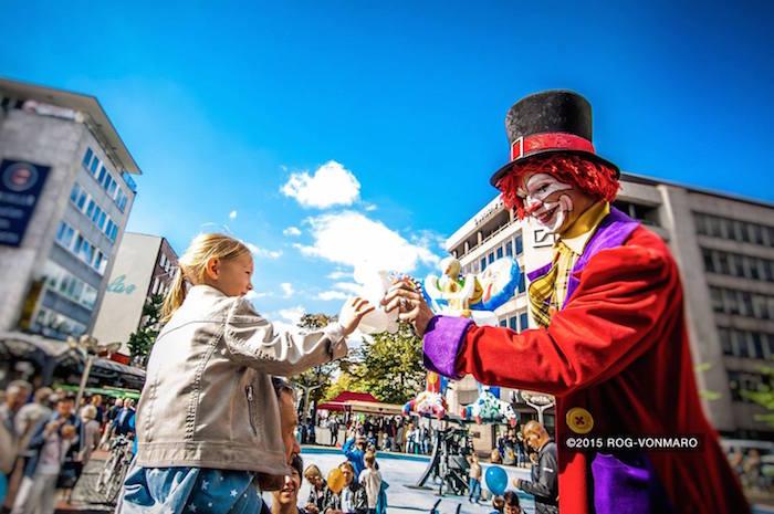 Clowns spielen für die Kinder