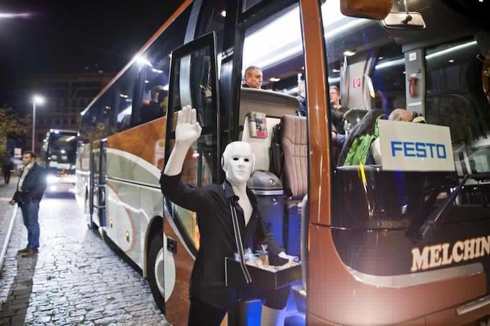 Der Roboter verabschiedet die Gäste im Shuttle Bus