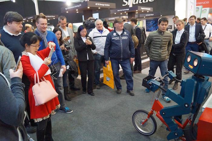 Roboter show hannover Cebit 2016 Fahrrad Arrow Fotokreis