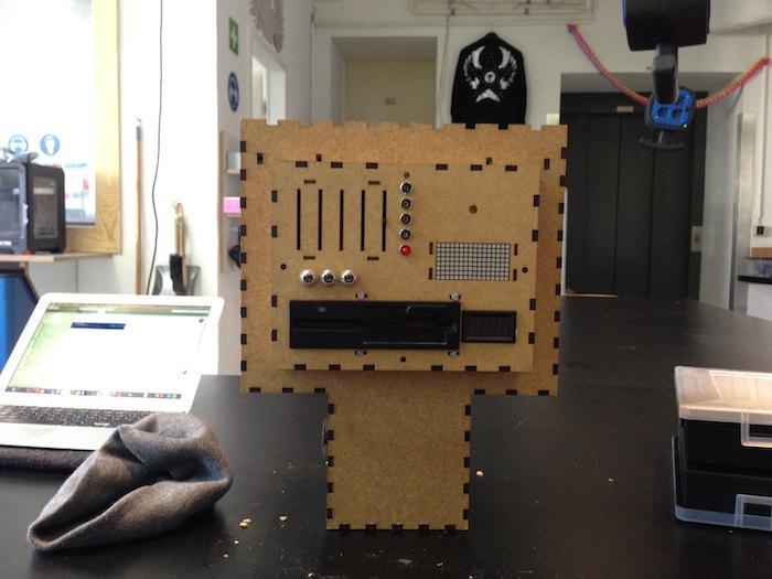 Roboter front Bauch mit floppy diskettenlaufwerk, led display und herz