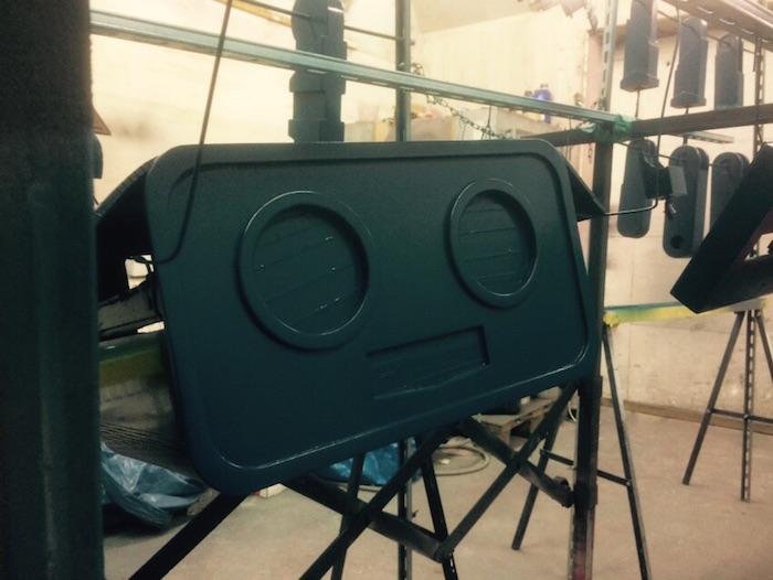 Roboter kopf in der lackiererei abgeklebt