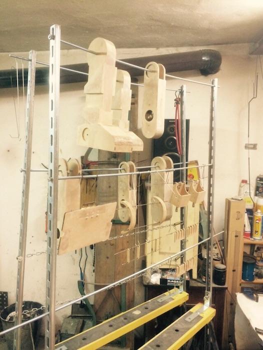 Roboter teile zum lackieren aufgehängt