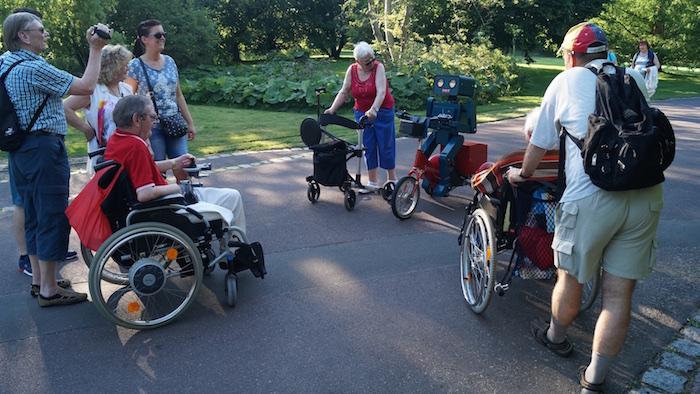 Die Senioren werten aus, welches Gefährt die meisten Räder hat