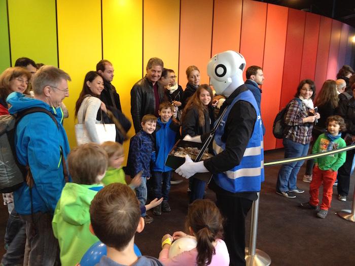Roboter mit Bauchladen Planetarium Stuttgart