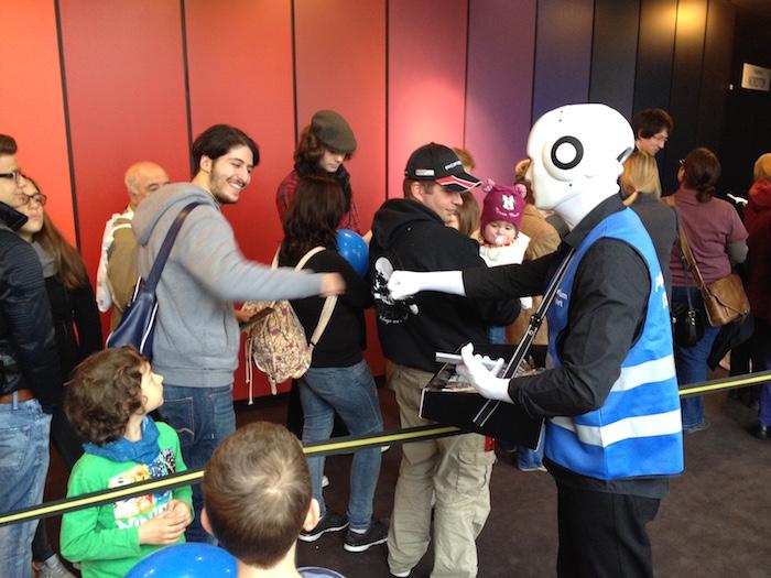 Warteschlange Unterhaltung mit Roboter Kostüm Stuttgart
