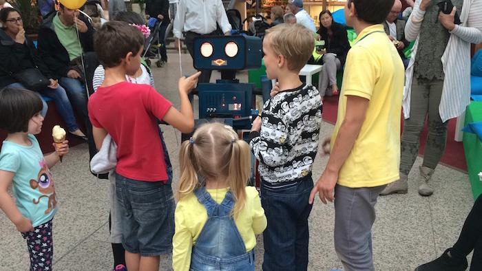 Künstler Shoppingcenter Einkaufscenter Hugo der rototer diskutiert mit kindern